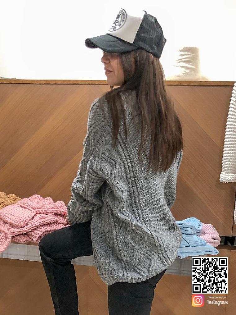 На второй фотографии модный джемпер спицами женский со спины от Shapar, бренда вязаной одежды ручной работы в интернет-магазине связанных вещей.