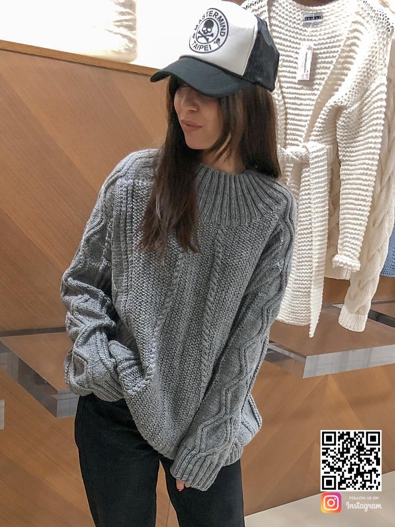 На шестой фотографии стильный джемпер спицами женский от Shapar, бренда вязаной одежды ручной работы в интернет-магазине связанных вещей.