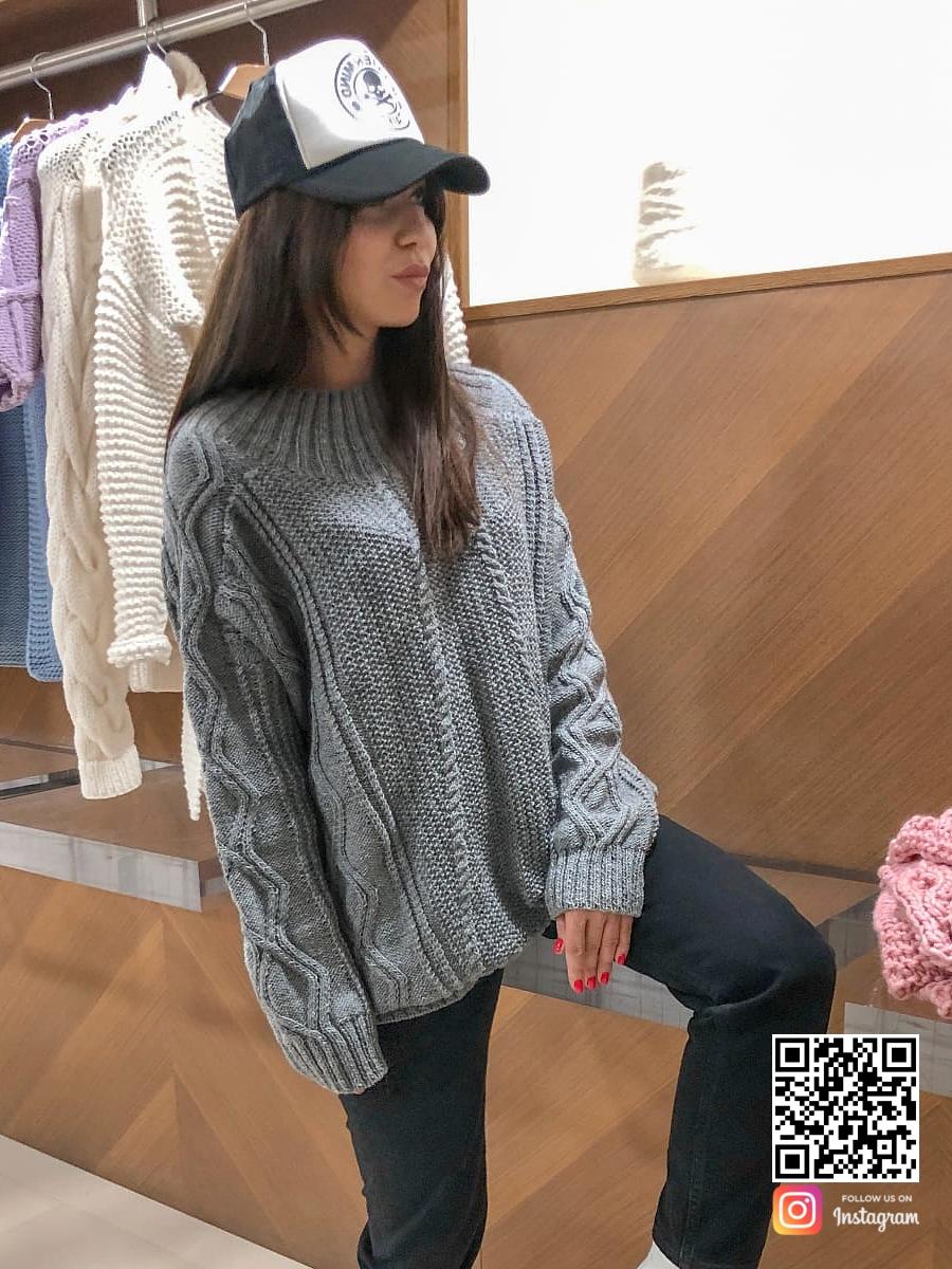 На четвертой фотографии модный джемпер спицами женский серого цвета от Shapar, бренда вязаной одежды ручной работы в интернет-магазине связанных вещей.
