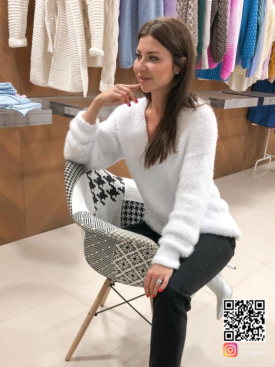 На пятой фотографии белый пуловер женский с глубоким вырезом от Shapar, бренда связанной одежды ручной работы в интернет-магазине вязаных спицами вещей.