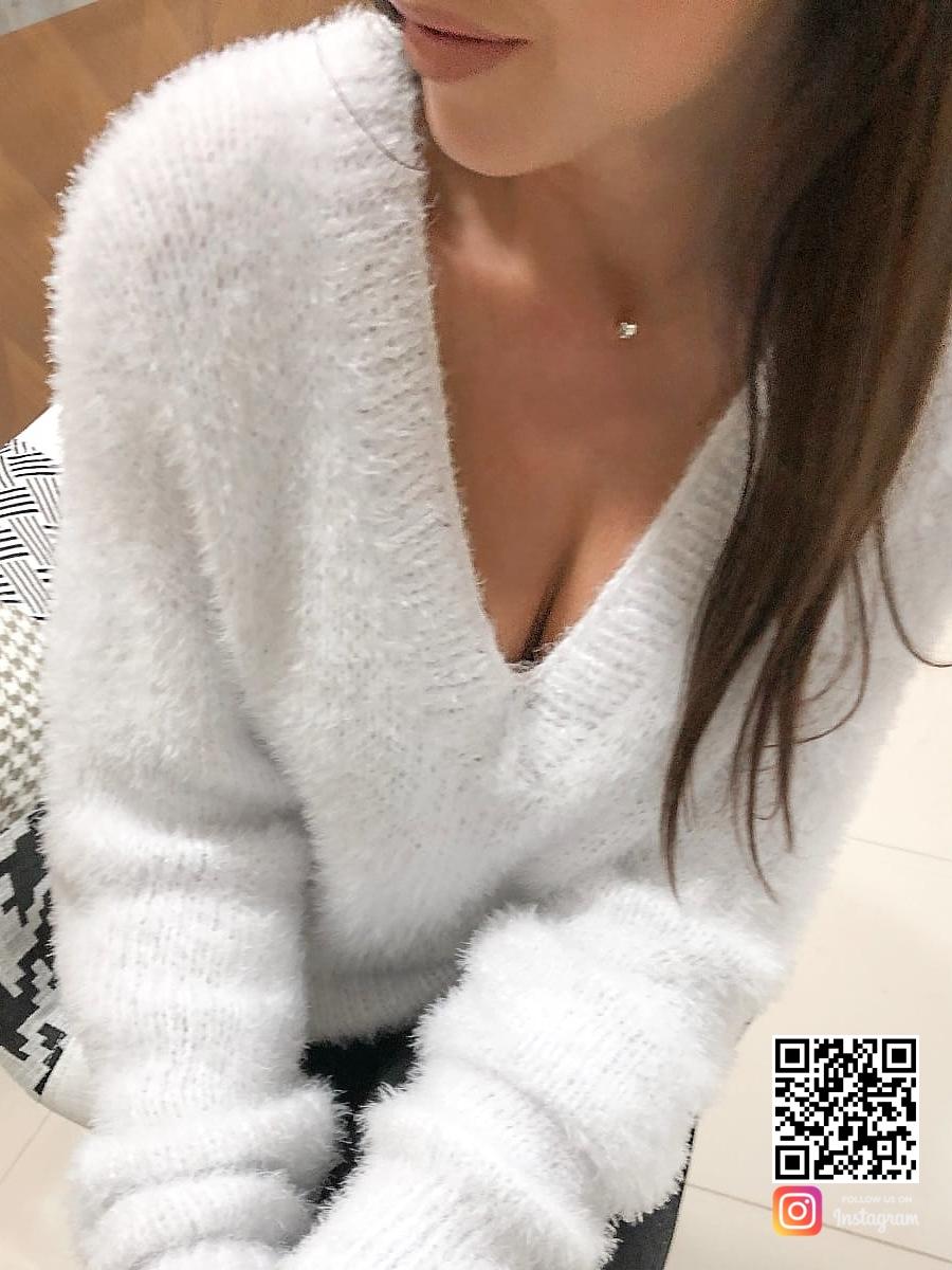 На третьей фотографии пуловер женский белого цвета от Shapar, бренда связанной одежды ручной работы в интернет-магазине вязаных спицами вещей.