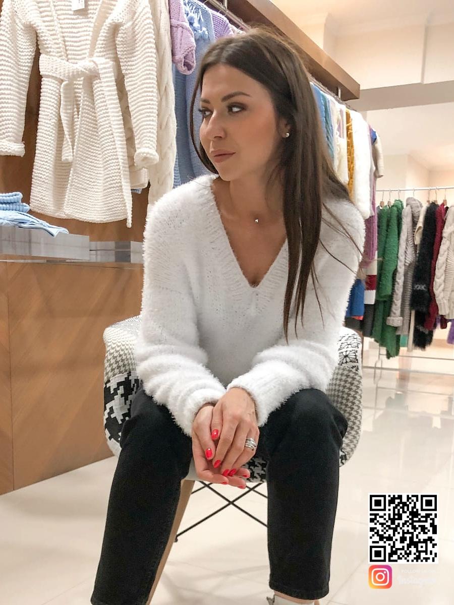 На четвертой фотографии белый пуловер женский из пушистой пряжи от Shapar, бренда связанной одежды ручной работы в интернет-магазине трикотажных вещей.