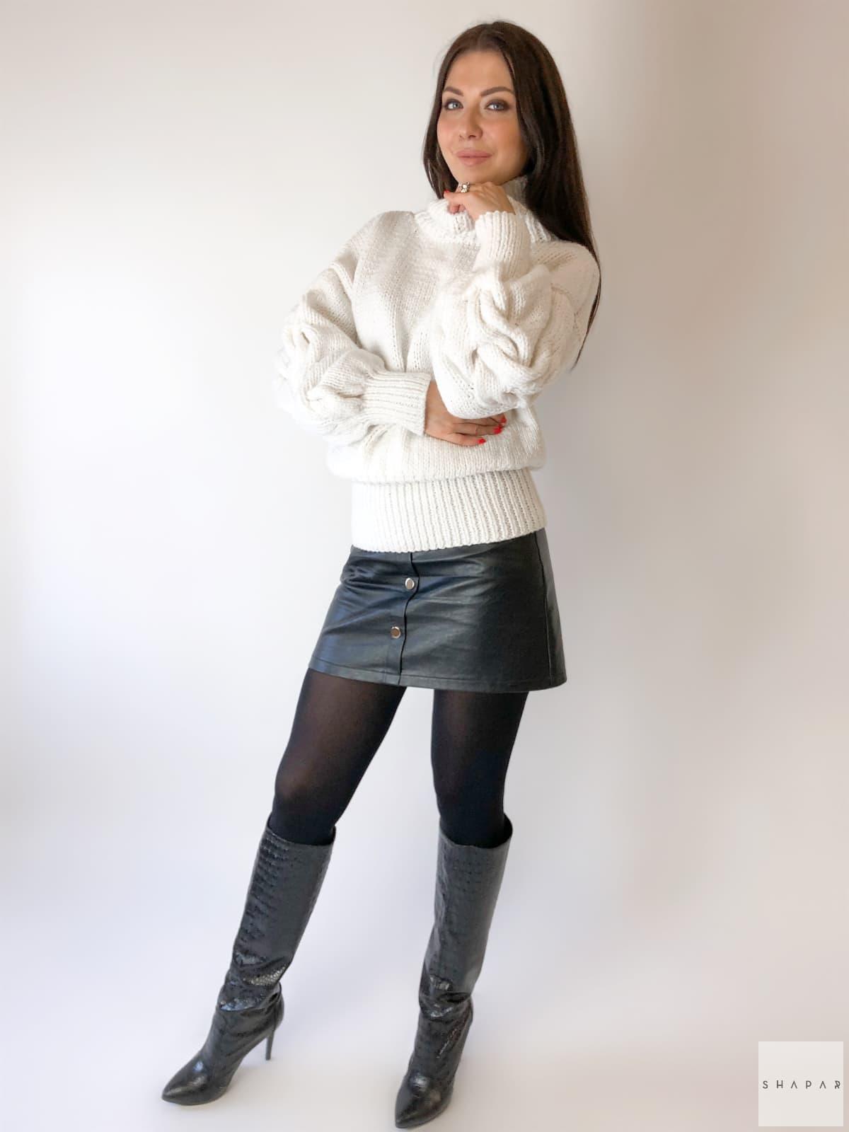 На пятой фотографии модный белый свитер с горлом женский от Shapar, бренда вязаной одежды ручной работы в интернет-магазине связанных спицами вещей.