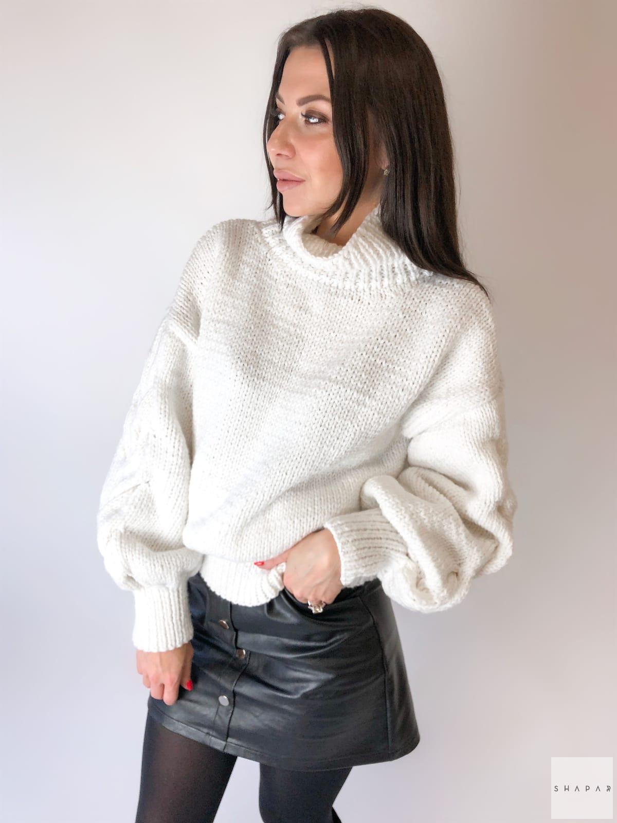 На четвертой фотографии свитер с горлом женский белого цвета от Shapar, бренда вязаной одежды ручной работы в интернет-магазине связанных спицами вещей.