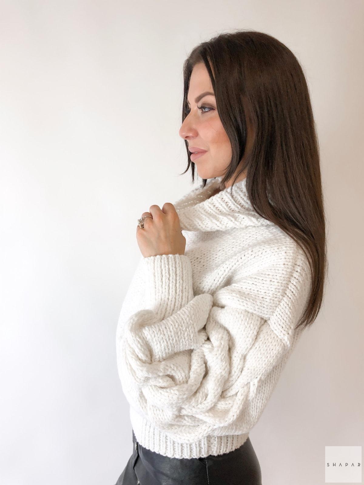 На третьей фотографии белый свитер с высоким горлом женский от Shapar, бренда вязаной одежды ручной работы в интернет-магазине связанных спицами вещей.