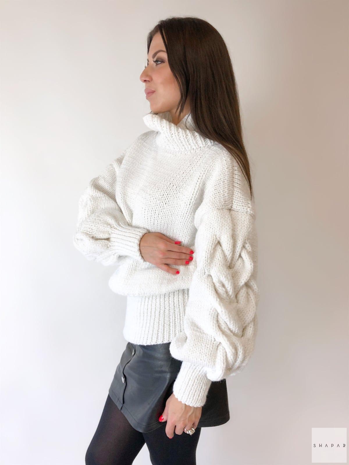 На второй фотографии белый свитер с горлом женский с косами на рукавах от Shapar, бренда вязаной одежды ручной работы в интернет-магазине связанных спицами вещей.