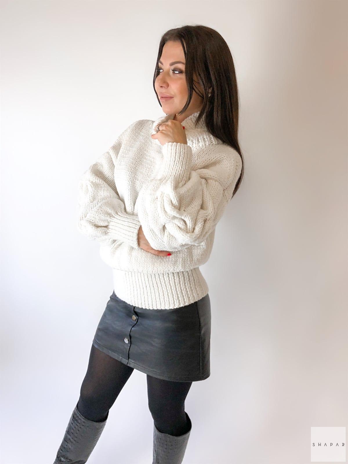 На фотографии белый свитер с горлом женский от Shapar, бренда вязаной одежды ручной работы в интернет-магазине связанных спицами вещей.