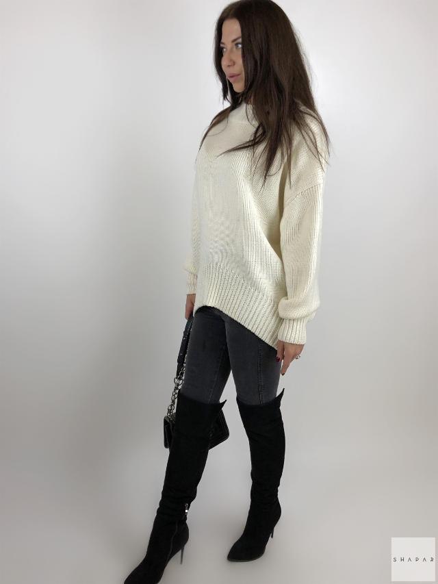На фотографии женский джемпер молочный от Shapar, бренда вязаной одежды ручной работы в интернет-магазине связанных спицами вещей.