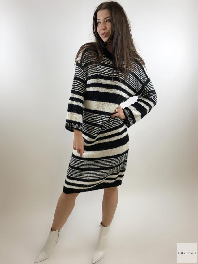 На фотографии вязаное платье свитер оверсайз от Shapar, бренда женской одежды ручной работы в интернет-магазине связанных спицами вещей.