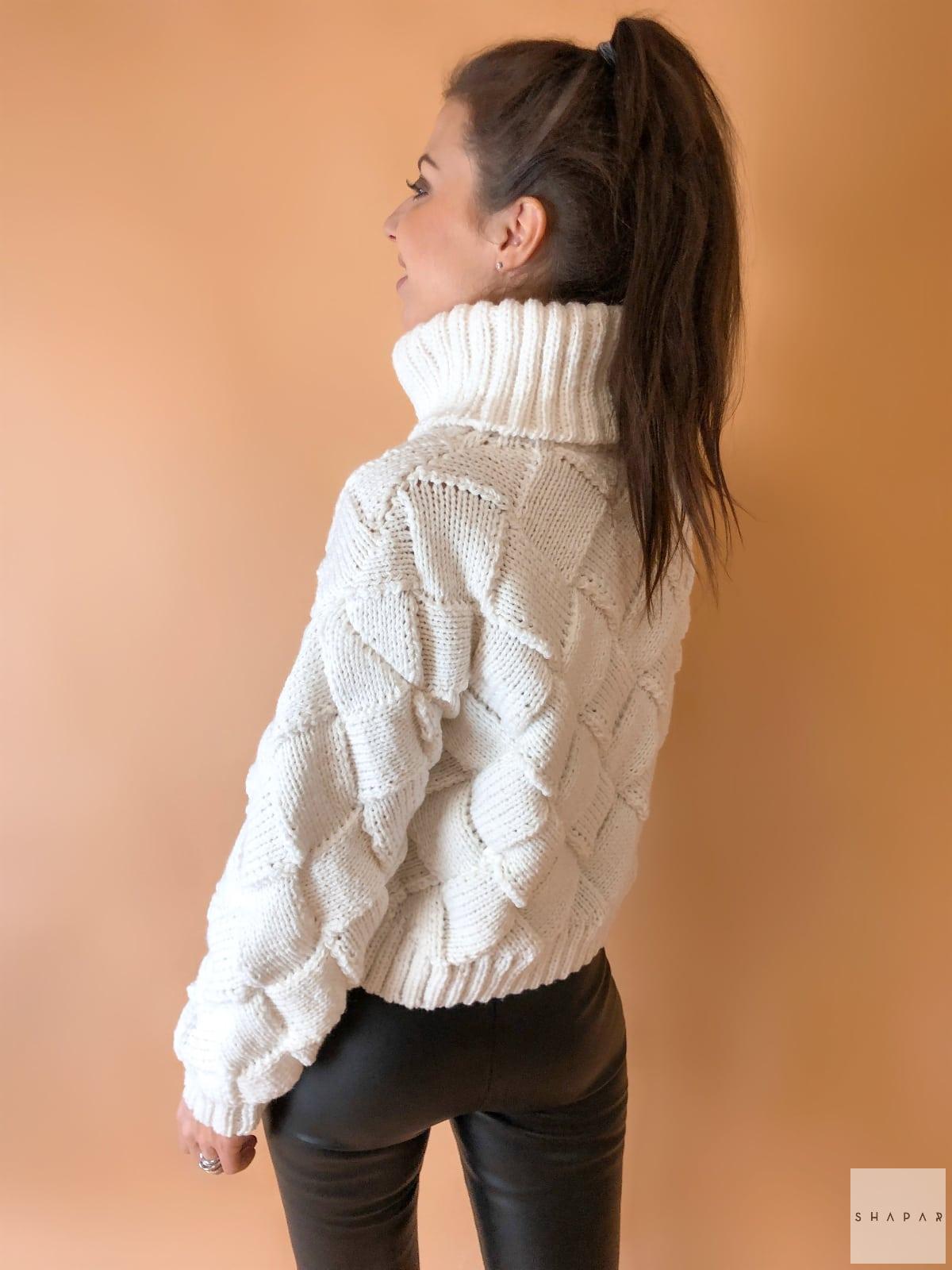 На второй фотографии женский свитер с высоким горлом со спины от Shapar, бренда вязаной одежды ручной работы в интернет-магазине связанных спицами вещей.