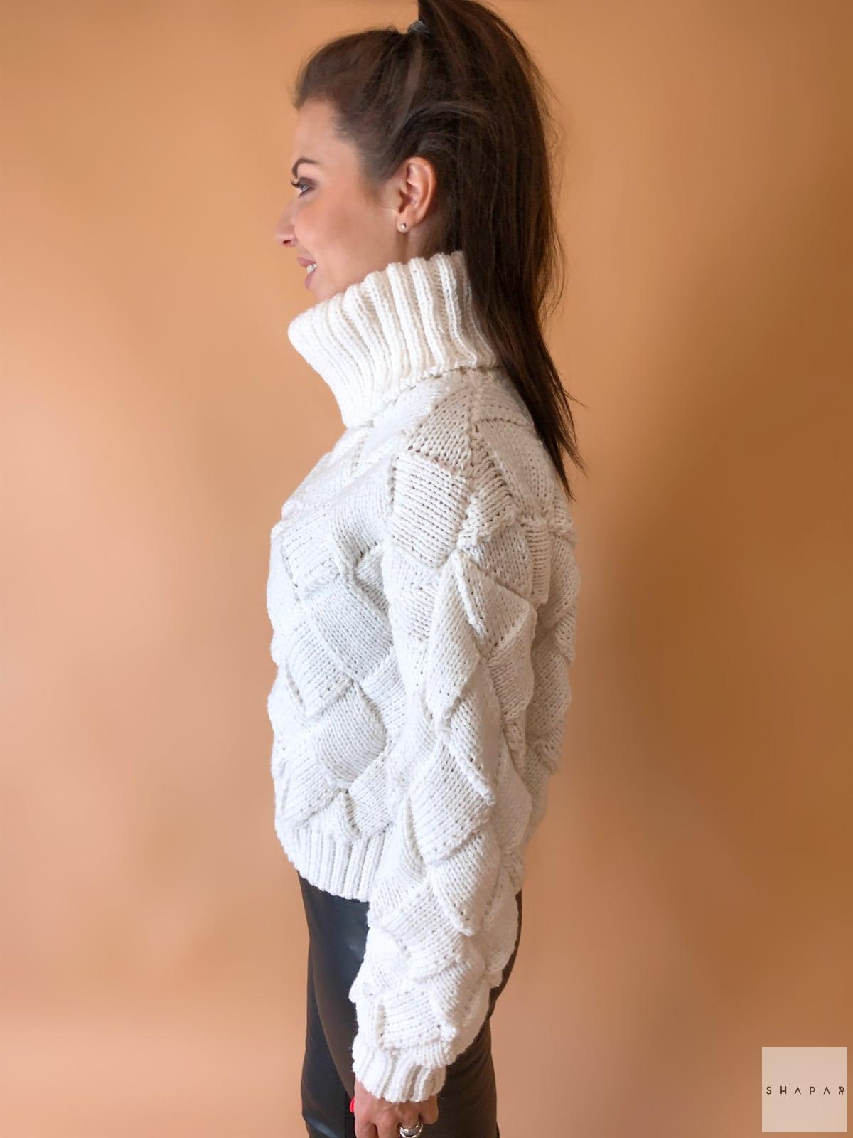 На третьей фотографии женский белый свитер с высоким горлом от Shapar, бренда вязаной одежды ручной работы в интернет-магазине связанных спицами вещей.