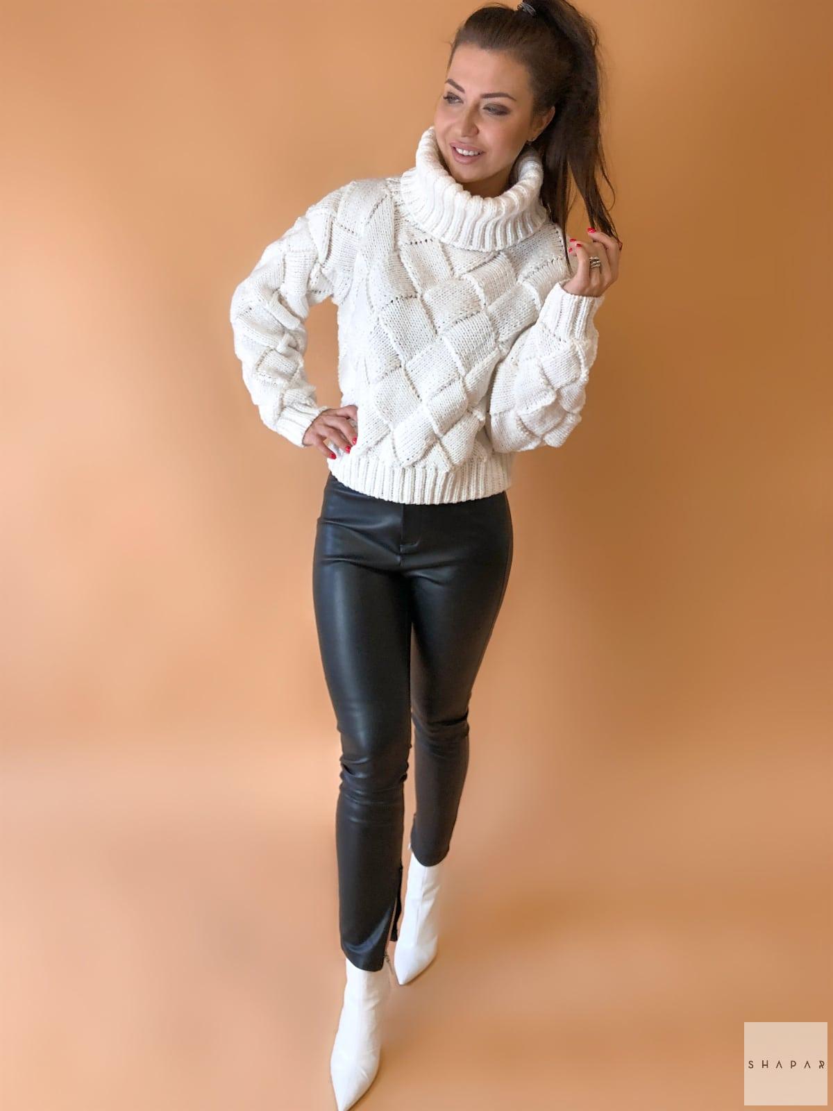 На пятой фотографии модный свитер с объемным высоким горлом от Shapar, бренда вязаной одежды ручной работы в интернет-магазине связанных спицами вещей.