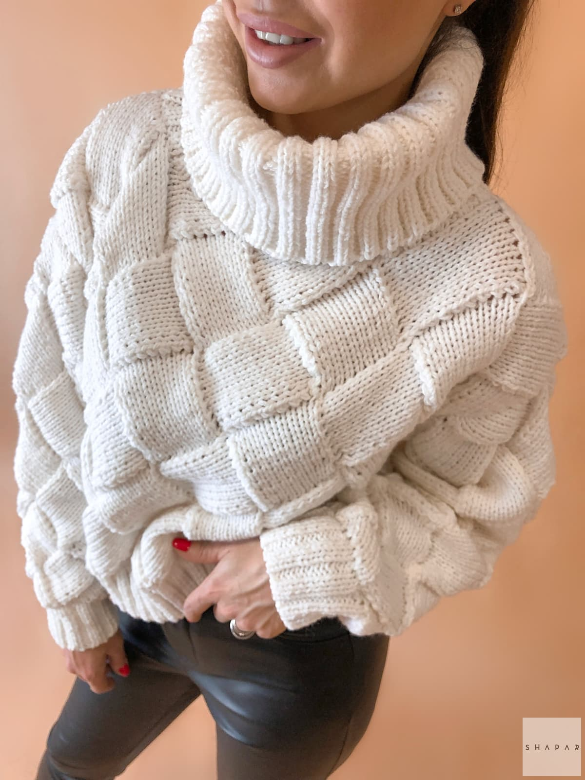 На четвертой фотографии свитер с высоким горлом с фактурными переплетениями от Shapar, бренда вязаной одежды ручной работы в интернет-магазине связанных спицами вещей.