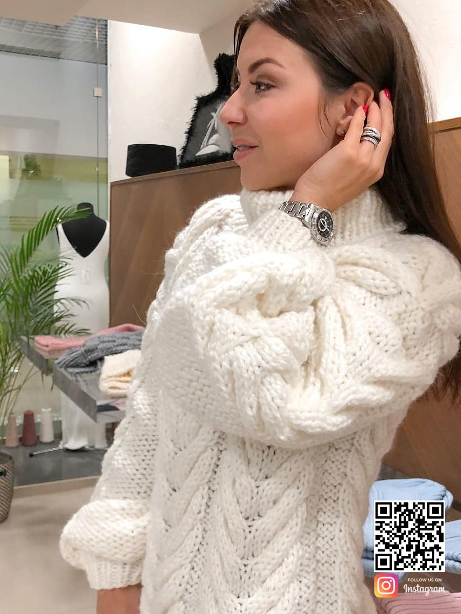 На третьей фотографии белый теплый свитер женский от Shapar, бренда вязаной одежды ручной работы в интернет-магазине связанных спицами вещей.