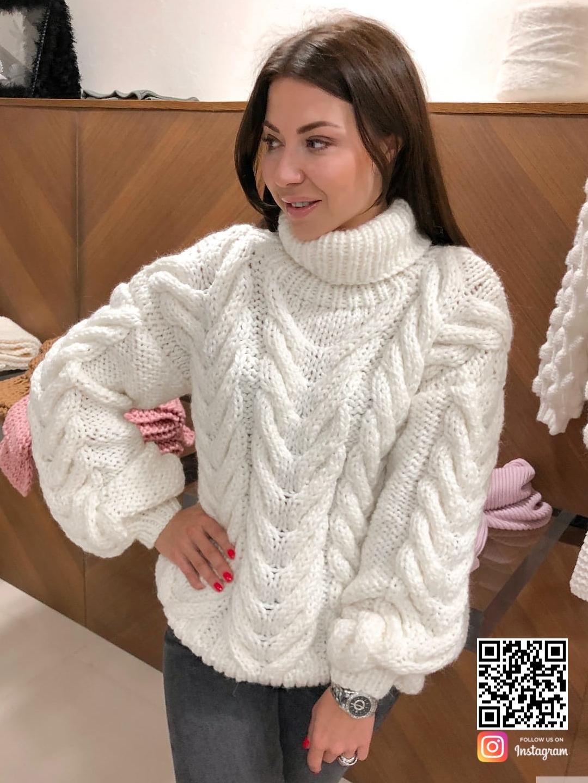На фотографии теплый свитер женский от Shapar, бренда вязаной одежды ручной работы в интернет-магазине связанных спицами вещей.