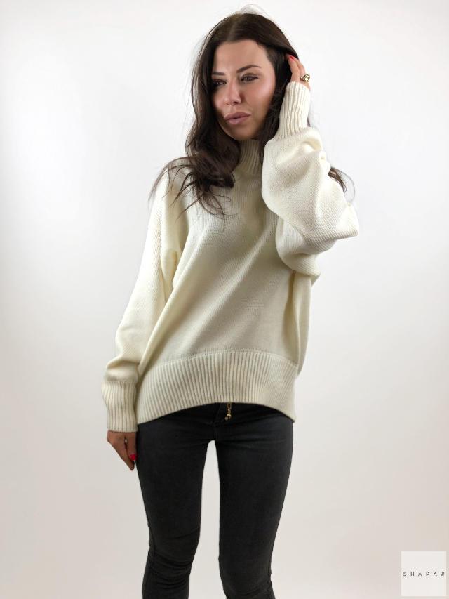 На фотографии женский тонкий джемпер от Shapar, бренда вязаной одежды ручной работы в интернет-магазине связанных спицами вещей.