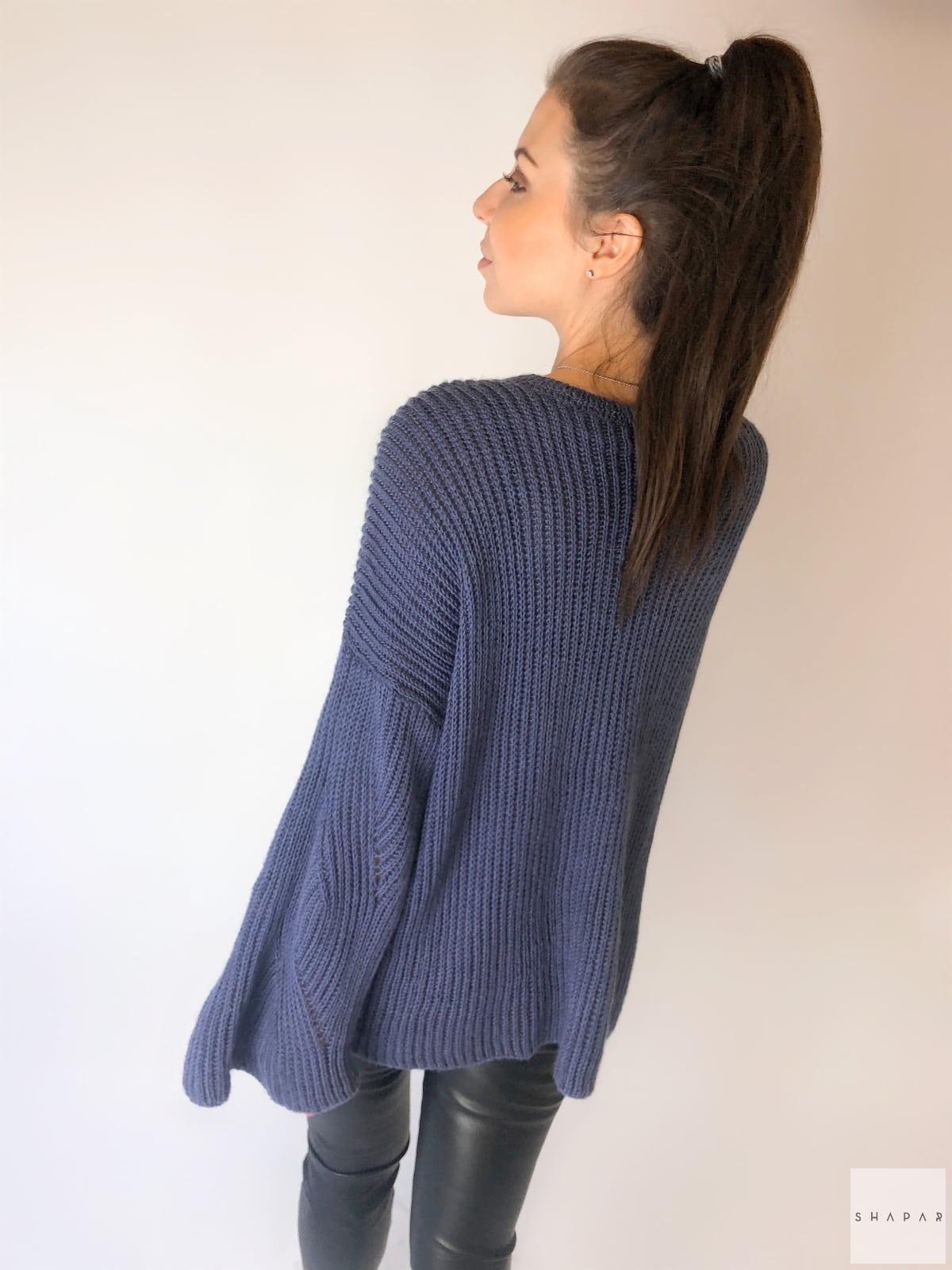 На второй фотографии женский свитер с рукавами клеш со спины от Shapar, бренда вязаной одежды ручной работы в интернет-магазине связанных спицами вещей.