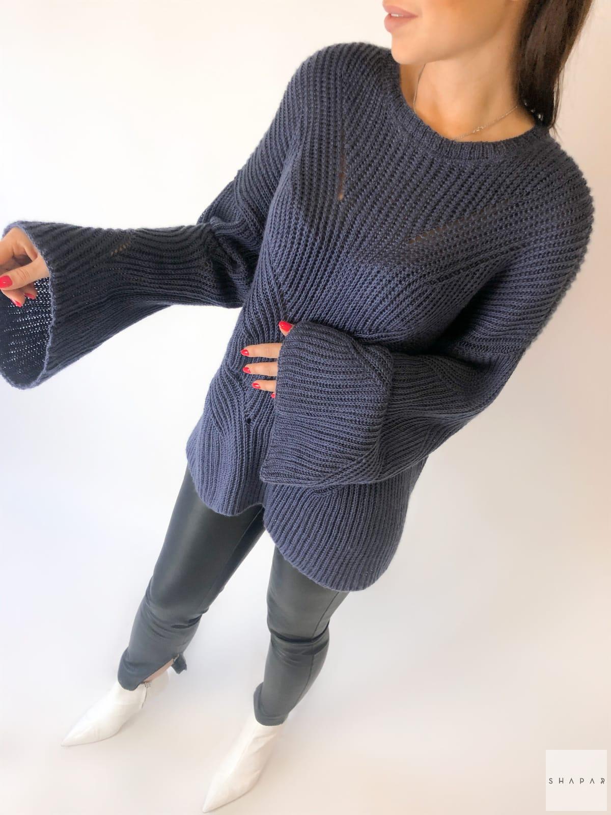 На третьей фотографии темно-синий свитер с рукавами клеш от Shapar, бренда вязаной одежды ручной работы в интернет-магазине связанных спицами вещей.