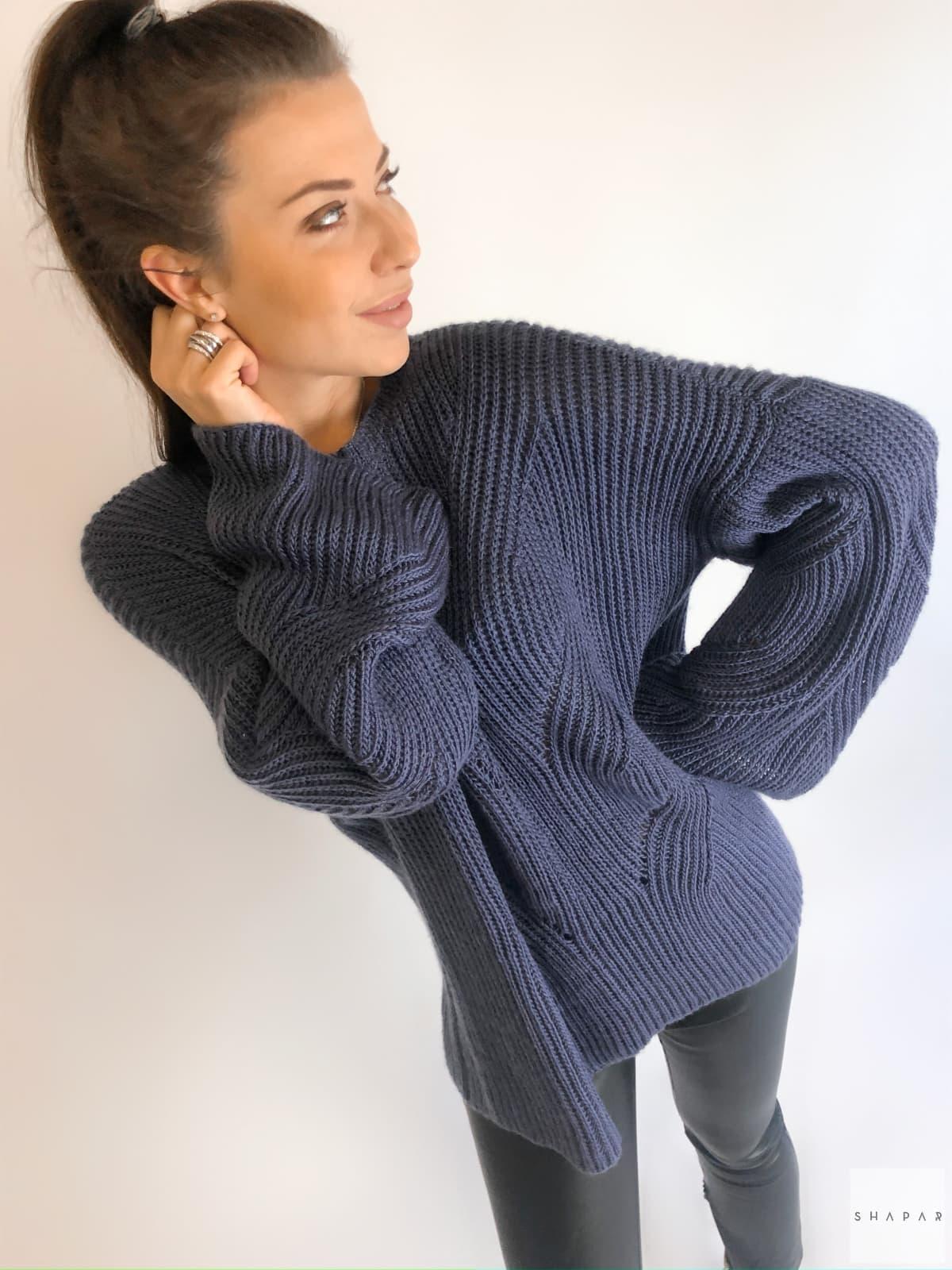 На пятой фотографии свитер с рукавами клеш с узором от Shapar, бренда вязаной одежды ручной работы в интернет-магазине связанных спицами вещей.