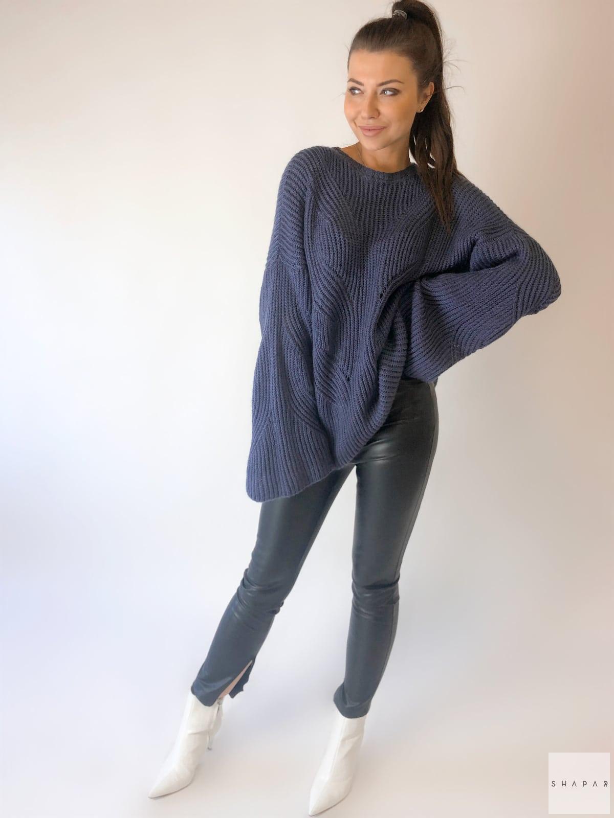На четвертой фотографии свитер с рукавами клеш темно-синего цвета от Shapar, бренда вязаной одежды ручной работы в интернет-магазине связанных спицами вещей.