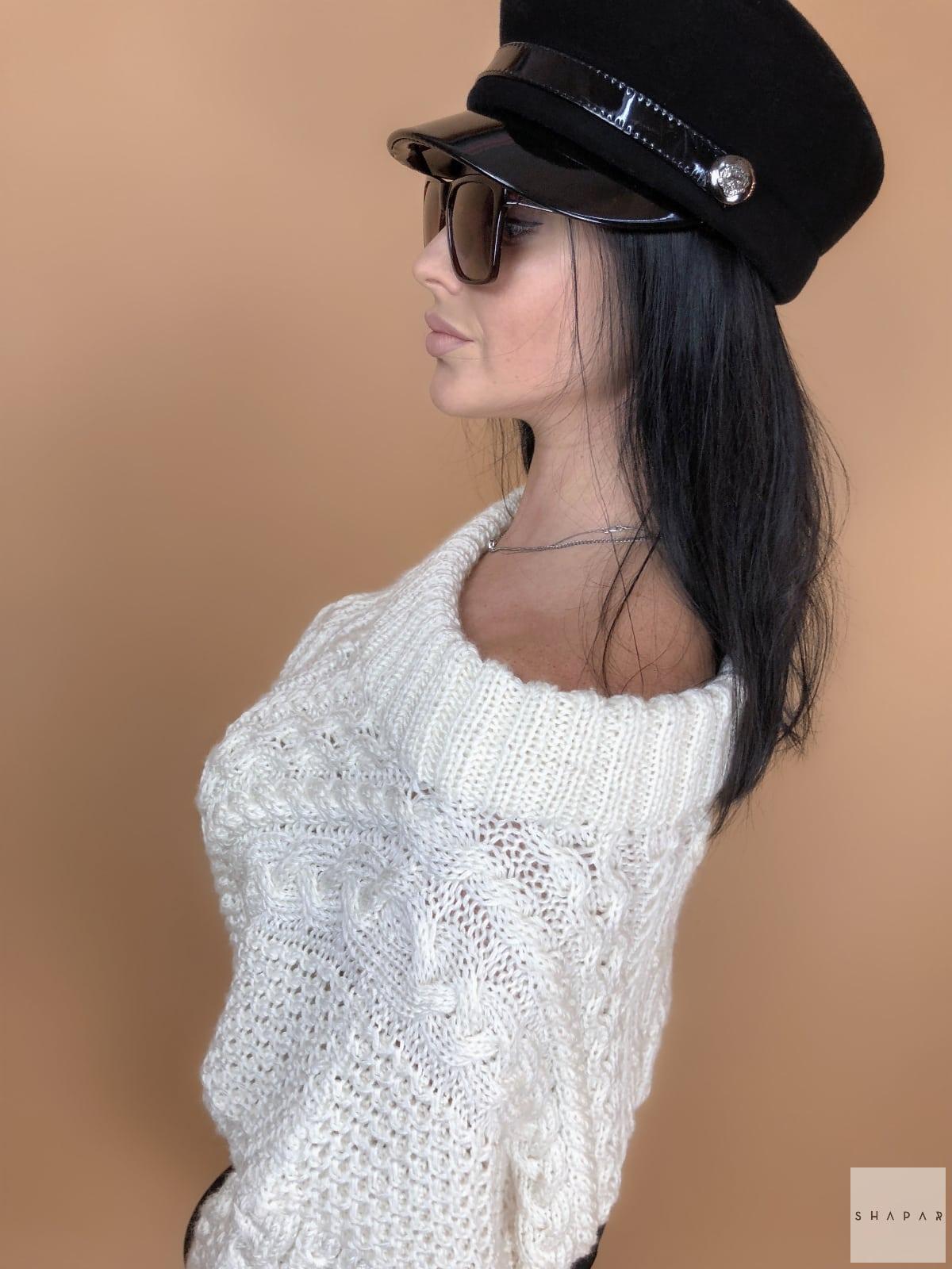 На четвертой фотографии объемный белый джемпер женский в косах от Shapar, бренда вязаной одежды ручной работы в интернет-магазине связанных спицами вещей.