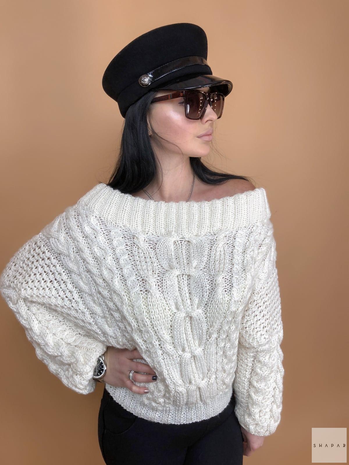 На третьей фотографии белый джемпер женский со спущенным плечом от Shapar, бренда вязаной одежды ручной работы в интернет-магазине связанных спицами вещей.