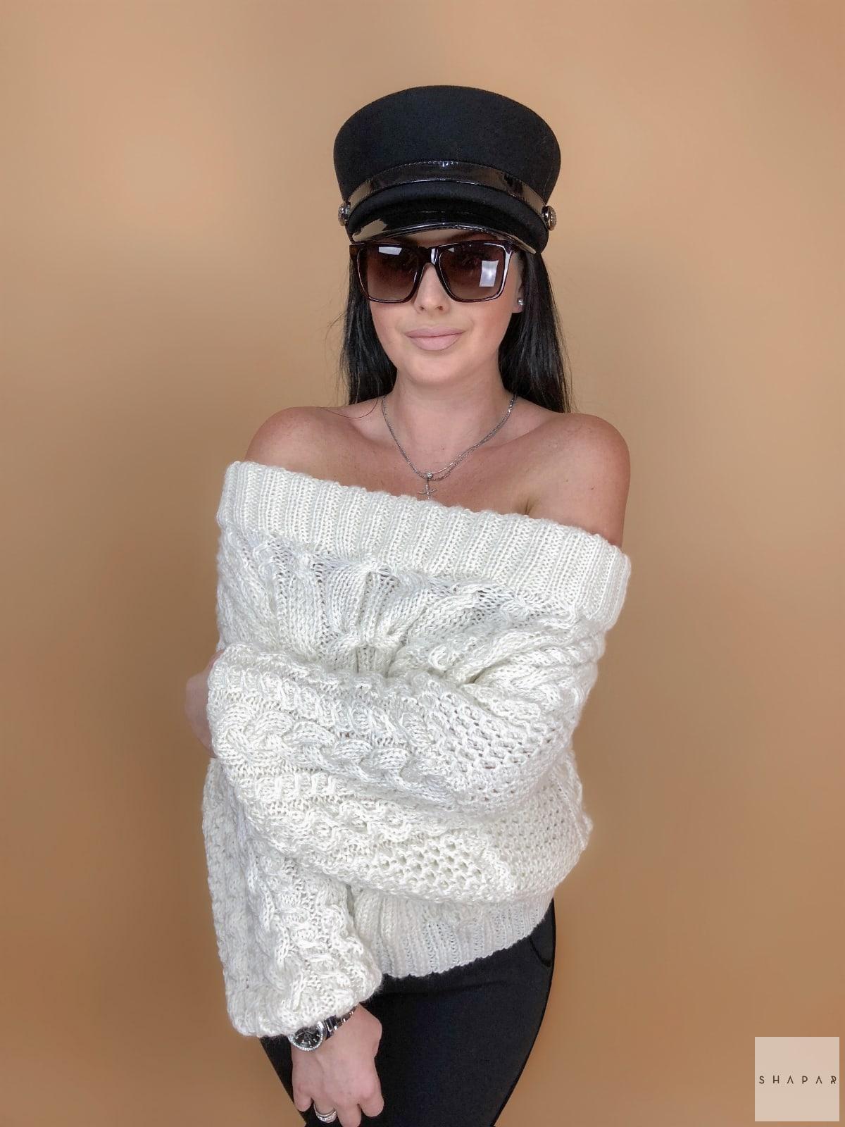 На фотографии белый джемпер женский от Shapar, бренда вязаной одежды ручной работы в интернет-магазине связанных спицами вещей.