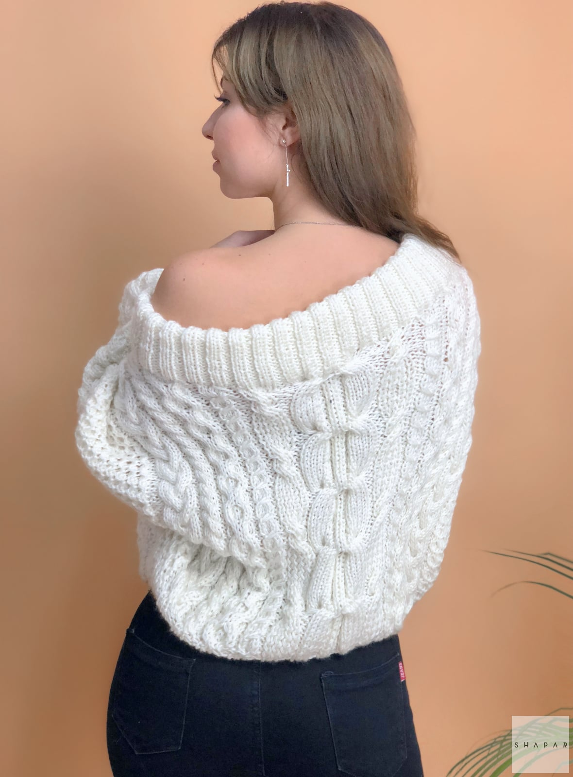На второй фотографии белый джемпер женский со спины от Shapar, бренда вязаной одежды ручной работы в интернет-магазине связанных спицами вещей.
