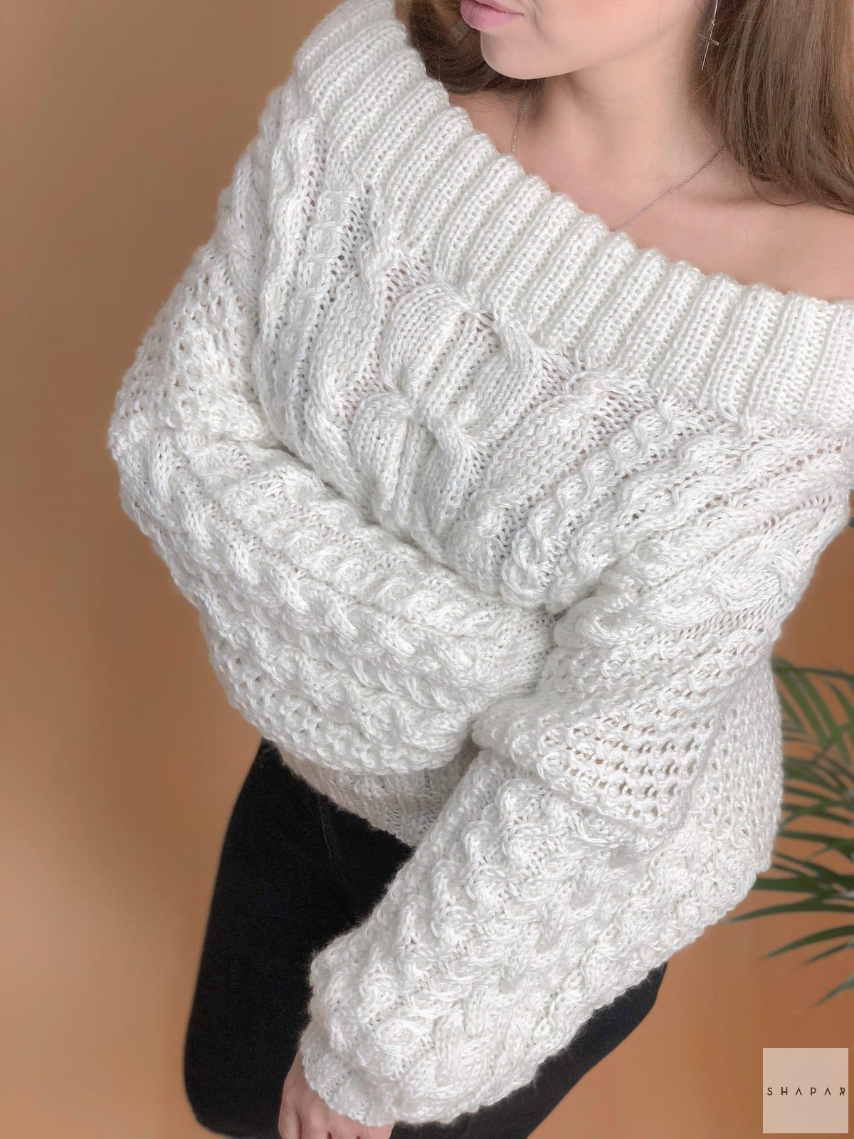 На седьмой фотографии белый джемпер женский на одно плечо от Shapar, бренда вязаной одежды ручной работы в интернет-магазине связанных спицами вещей.