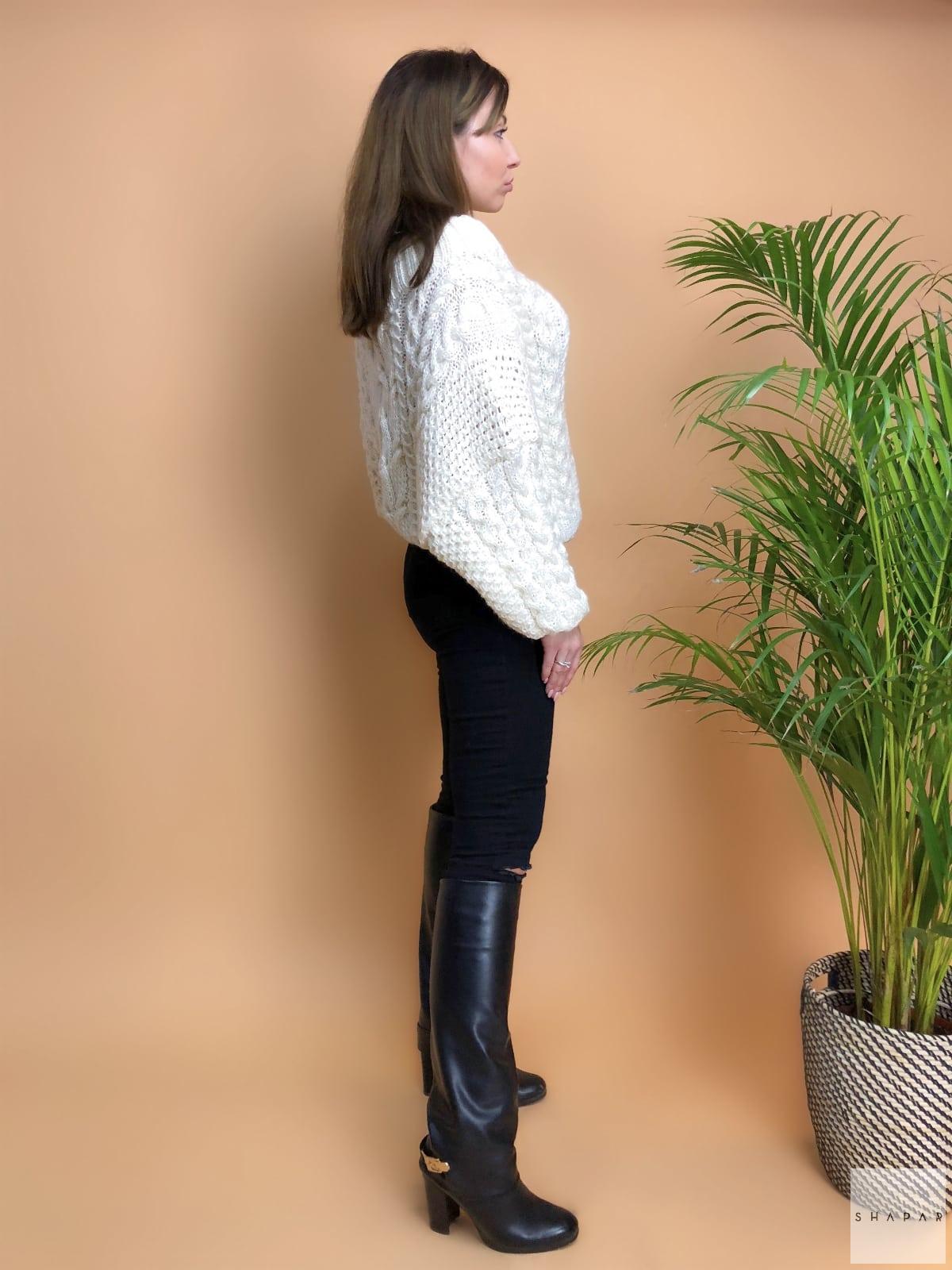 На шестой фотографии модный белый джемпер для девушек и женщин от Shapar, бренда вязаной одежды ручной работы в интернет-магазине связанных спицами вещей.