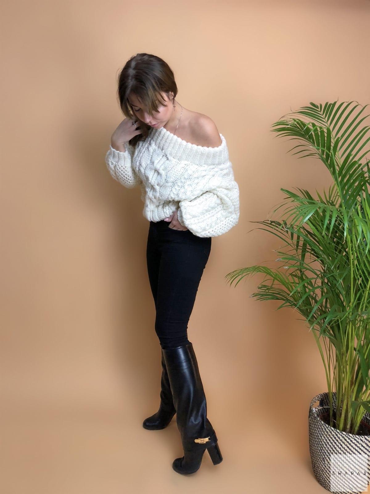 На пятой фотографии джемпер оверсайз белого цвета от Shapar, бренда вязаной одежды ручной работы в интернет-магазине связанных спицами вещей.