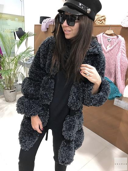 На фотографии кардиган черный женский от Shapar, бренда вязаной одежды ручной работы в интернет-магазине связанных спицами вещей.