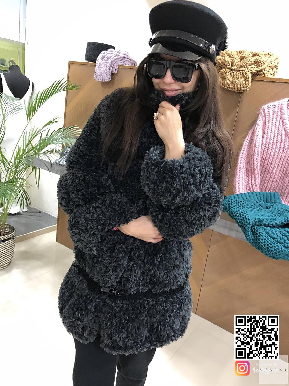 На четвертой фотографии женский пушистый кардиган черного цвета от Shapar, бренда вязаной одежды ручной работы в интернет-магазине связанных спицами вещей.