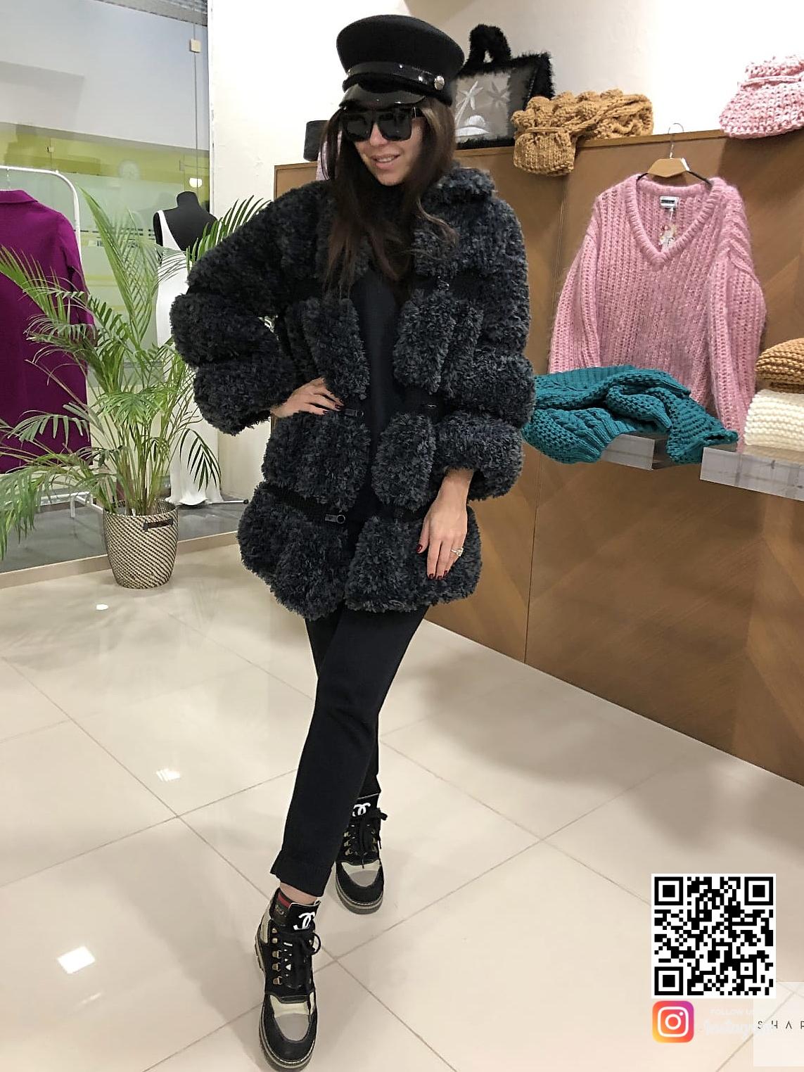 На третьей фотографии кардиган черный женский средней длины от Shapar, бренда вязаной одежды ручной работы в интернет-магазине связанных спицами вещей.