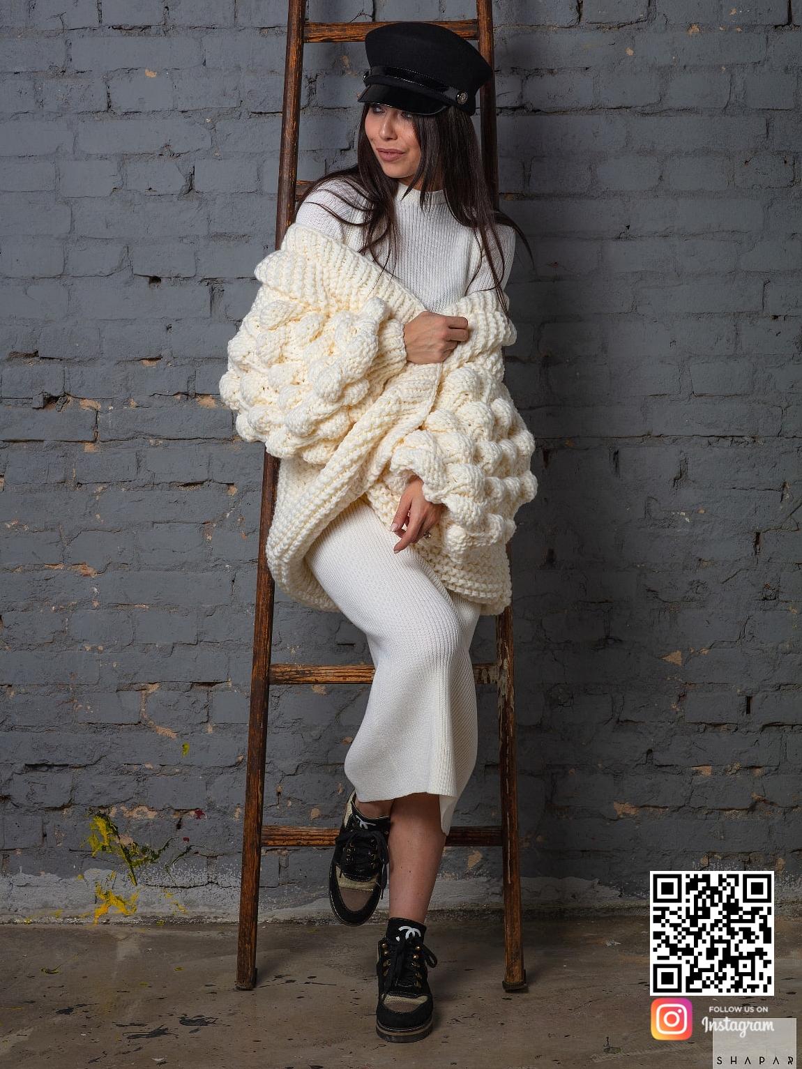 На третьей фотографии женский кардиган молодежный от Shapar, бренда вязаной одежды ручной работы в интернет-магазине связанных спицами вещей.