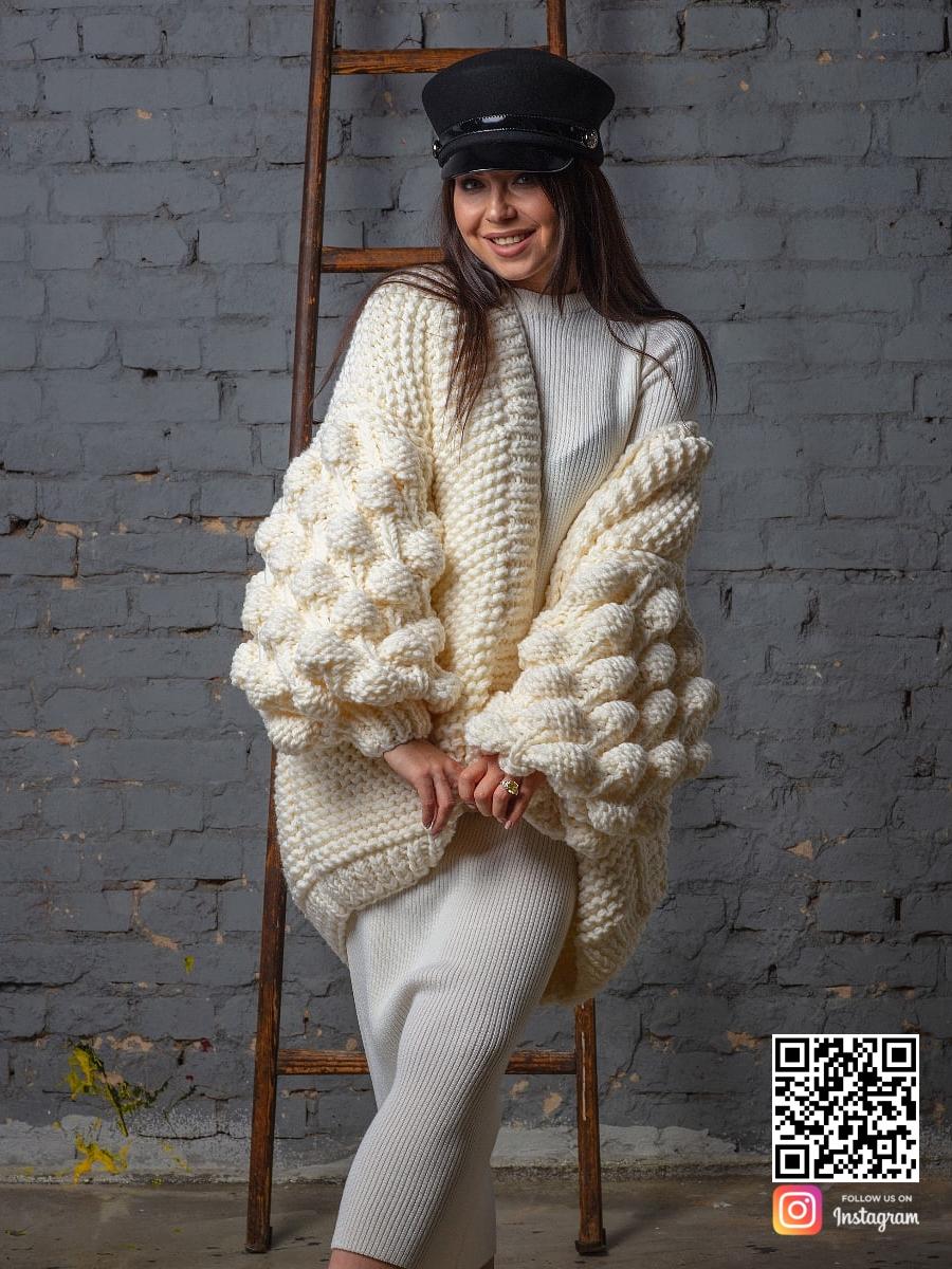 На седьмой фотографии кардиган молодежный в интерьере для романтичных девушек и женщин от Shapar, бренда вязаной одежды ручной работы в интернет-магазине связанных спицами вещей.