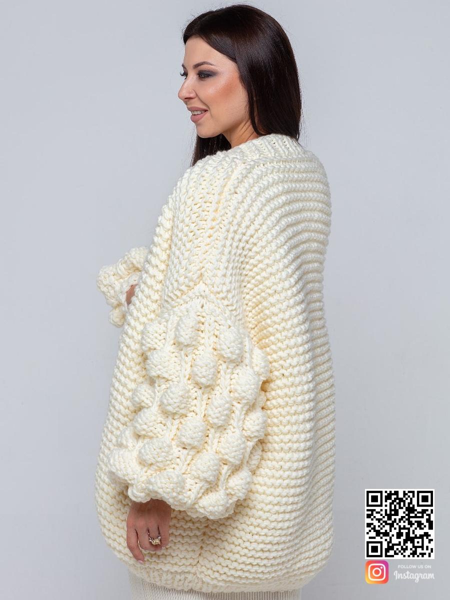 На пятой фотографии женский молочный кардиган молодежный от Shapar, бренда вязаной одежды ручной работы в интернет-магазине связанных спицами вещей.