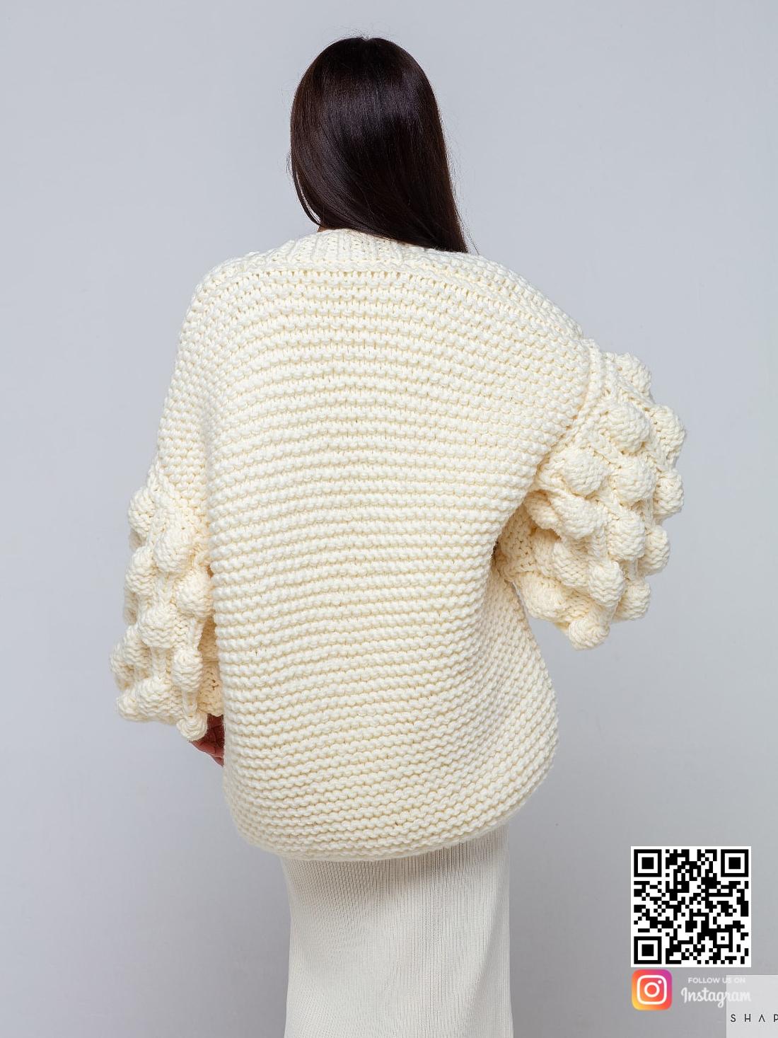 На второй фотографии женский кардиган молодежный со спины от Shapar, бренда вязаной одежды ручной работы в интернет-магазине связанных спицами вещей.