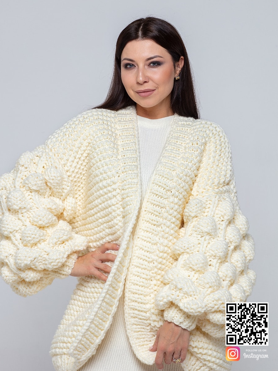 На четвертой фотографии женский кардиган молодежный молочного цвета от Shapar, бренда вязаной одежды ручной работы в интернет-магазине связанных спицами вещей.