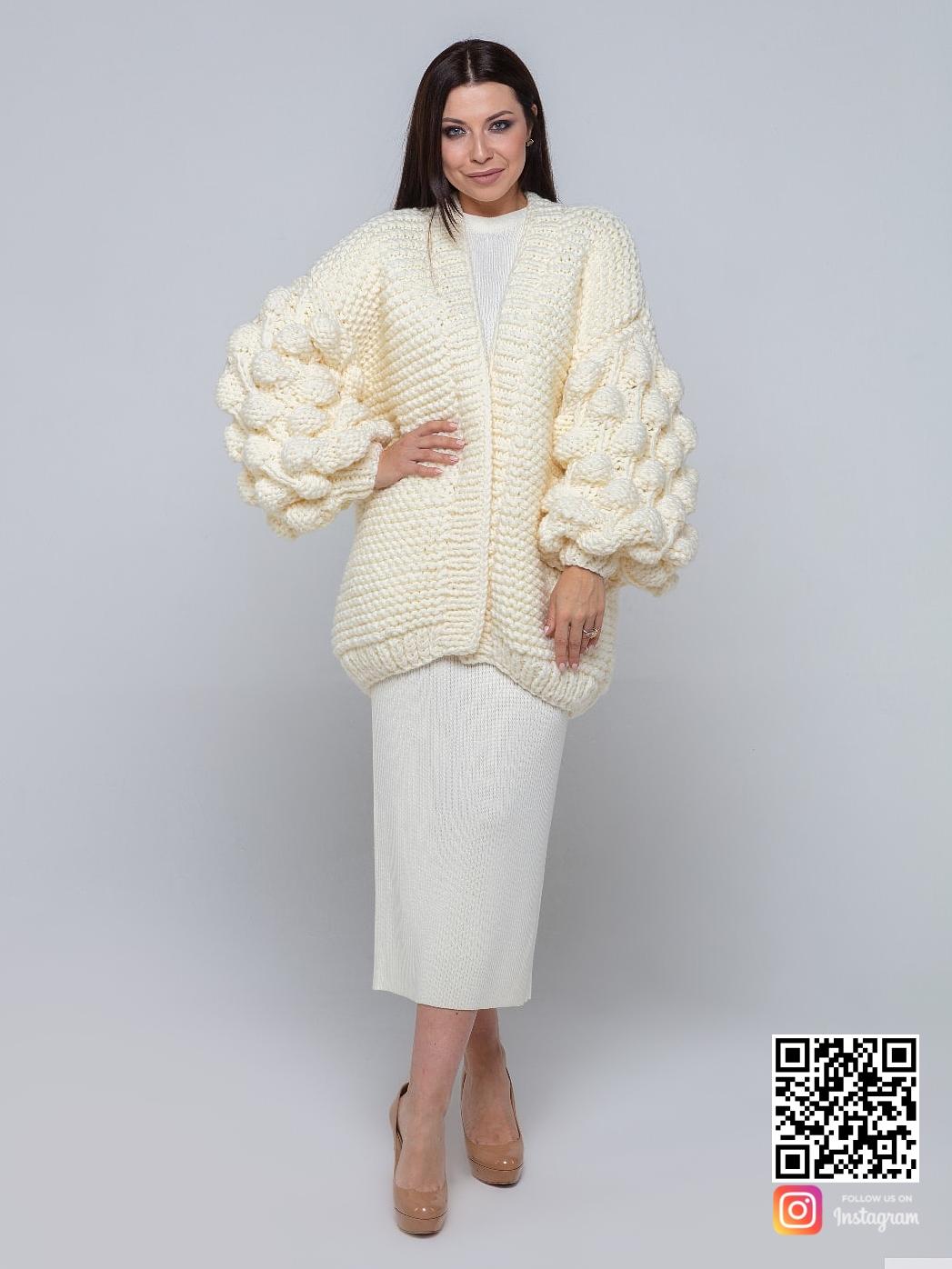 На фотографии женский кардиган молодежный с объемными рукавами от Shapar, бренда вязаной одежды ручной работы в интернет-магазине связанных спицами вещей.