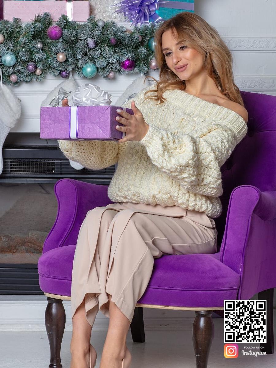 На шестой фотографии модный молочный свитер в интерьере для девушек и женщин от Shapar, бренда вязаной одежды ручной работы в интернет-магазине связанных спицами вещей.