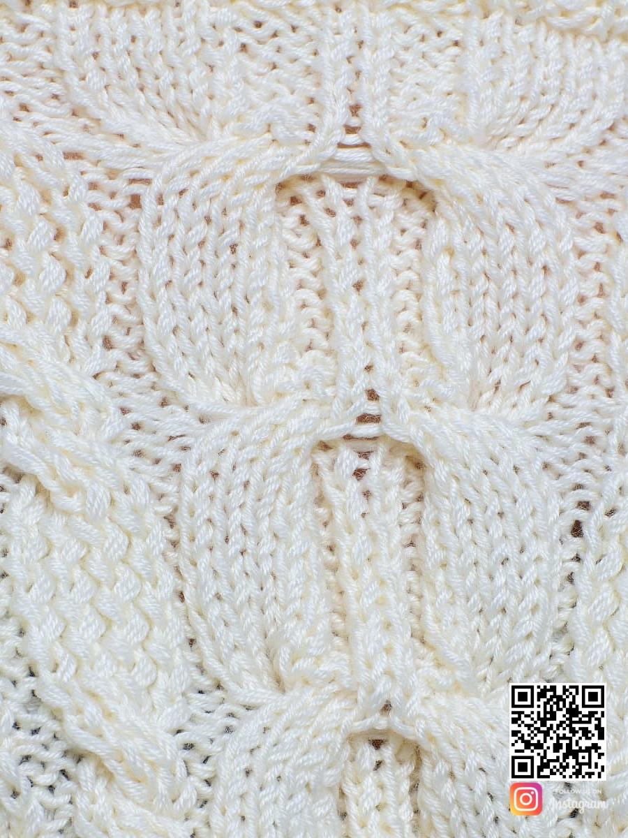 На пятой фотографии женский молочный свитер крупным планом от Shapar, бренда вязаной одежды ручной работы в интернет-магазине связанных спицами вещей.