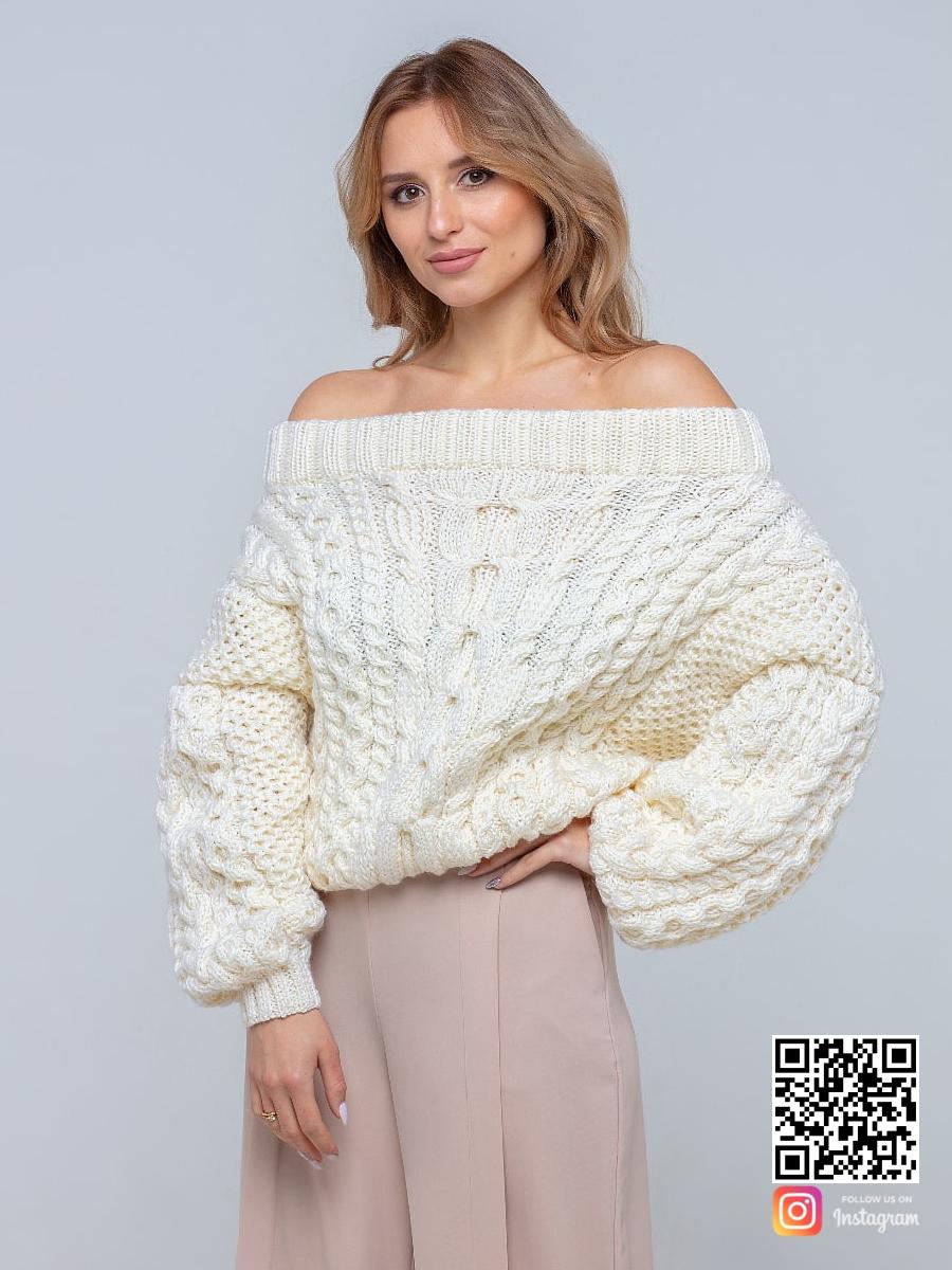 На третьей фотографии женский молочный свитер с открытыми плечами от Shapar, бренда вязаной одежды ручной работы в интернет-магазине связанных спицами вещей.