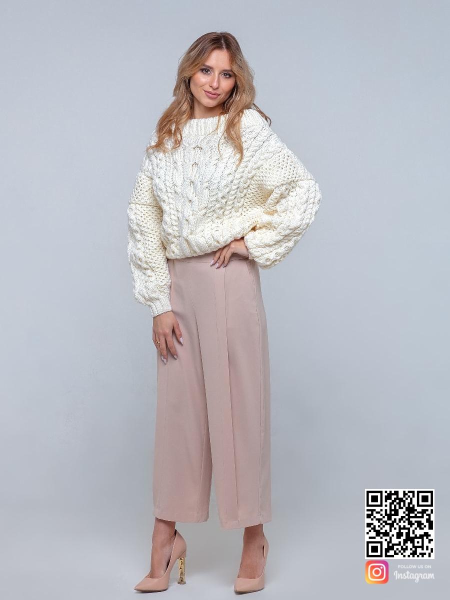 На четвертой фотографии женский молочный свитер оверсайз ажурной вязки от Shapar, бренда вязаной одежды ручной работы в интернет-магазине связанных спицами вещей.