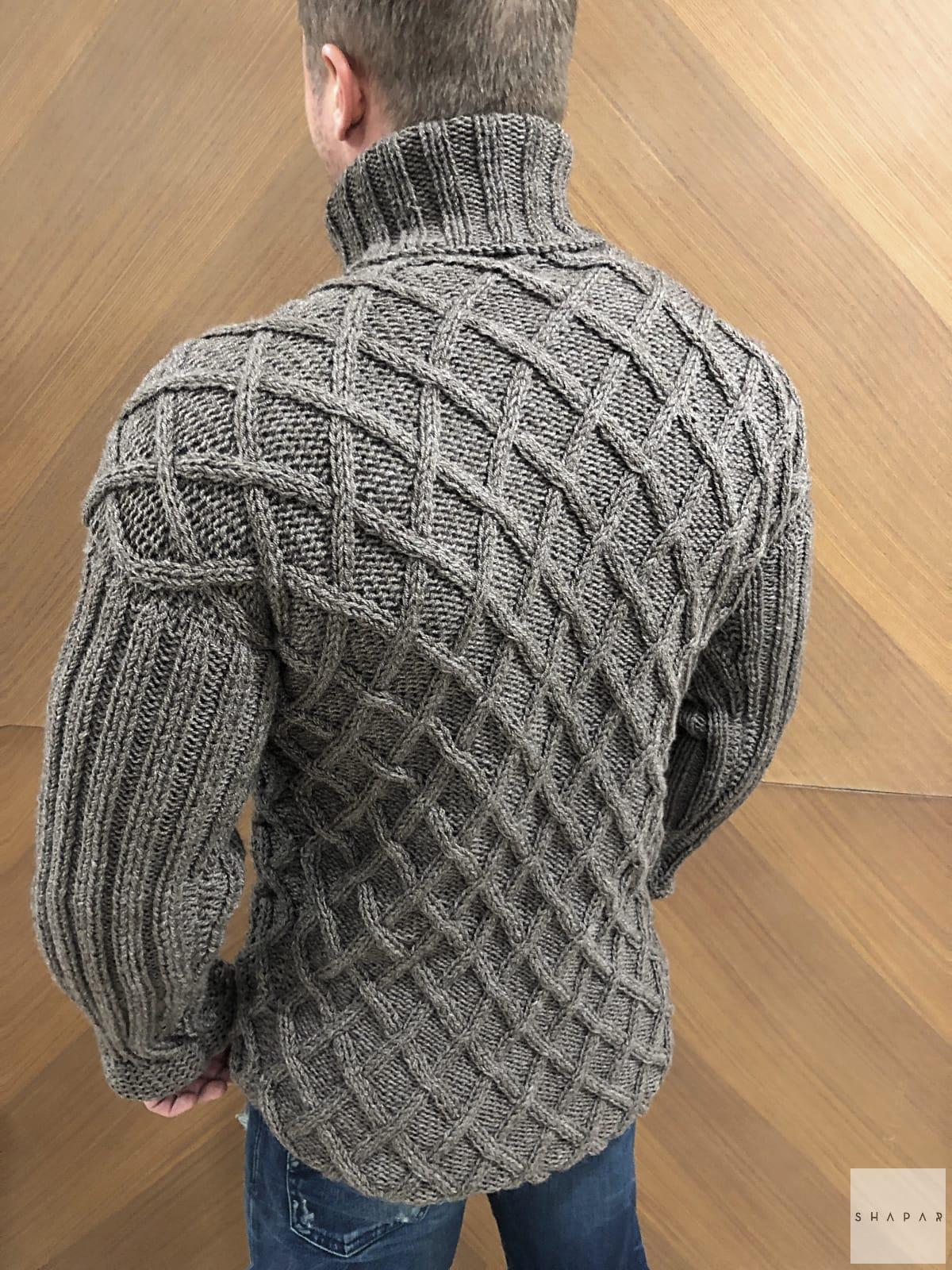 На третьей фотографии теплый свитер с горлом мужской со спины от Shapar, бренда вязаной одежды ручной работы в интернет-магазине связанных спицами вещей.