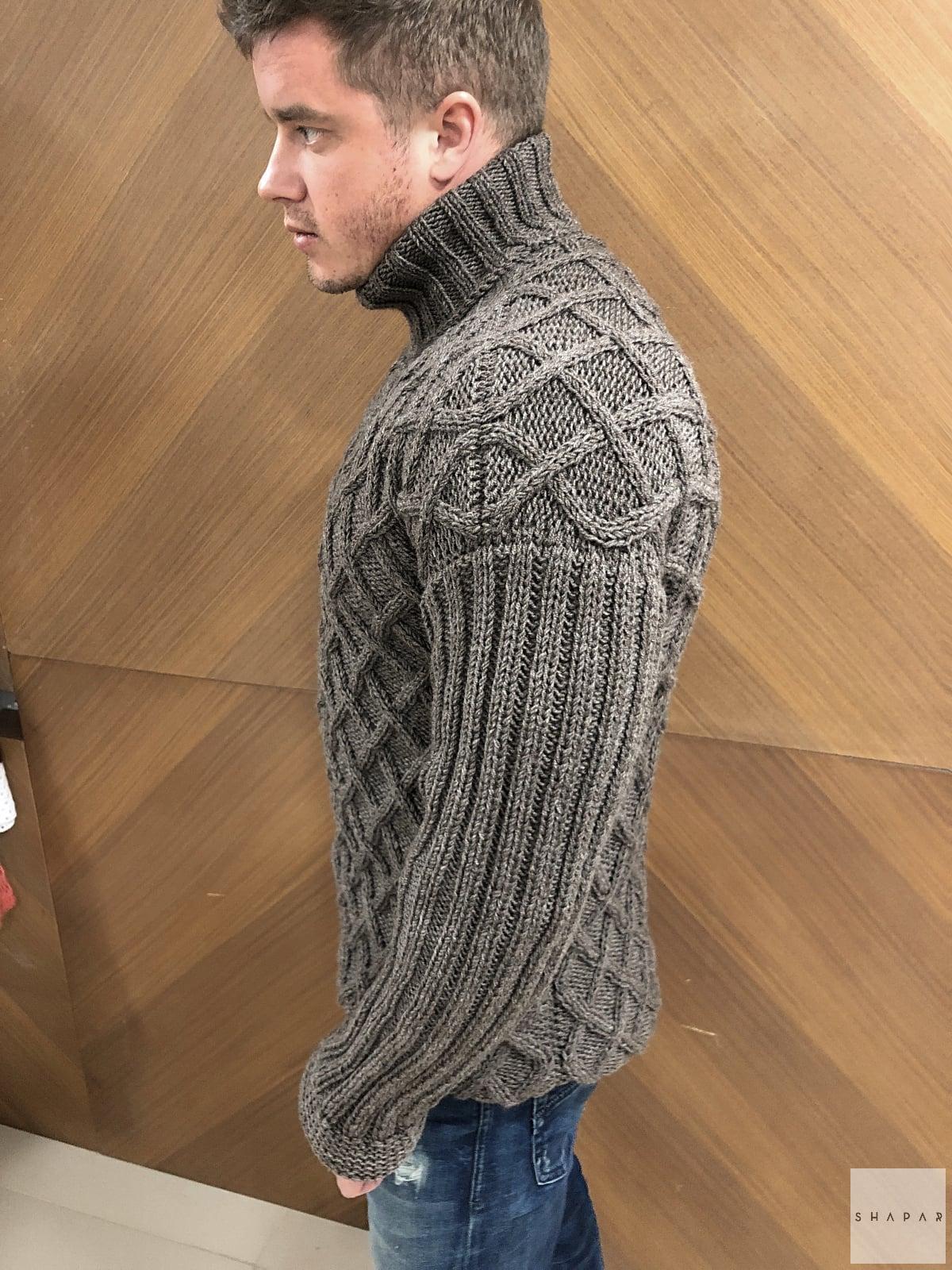 На второй фотографии коричневый теплый свитер с горлом мужской от Shapar, бренда вязаной одежды ручной работы в интернет-магазине связанных спицами вещей.