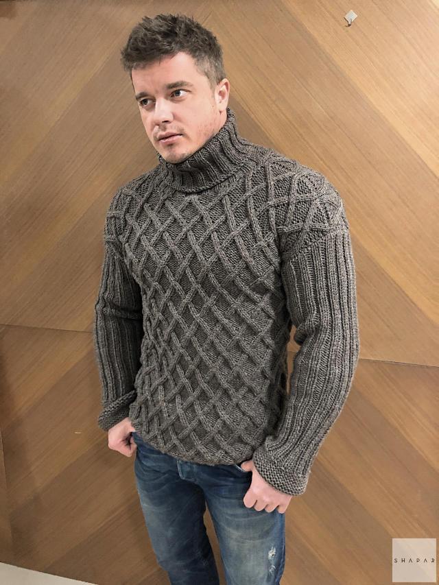 На фотографии теплый свитер с горлом мужской от Shapar, бренда вязаной одежды ручной работы в интернет-магазине связанных спицами вещей.