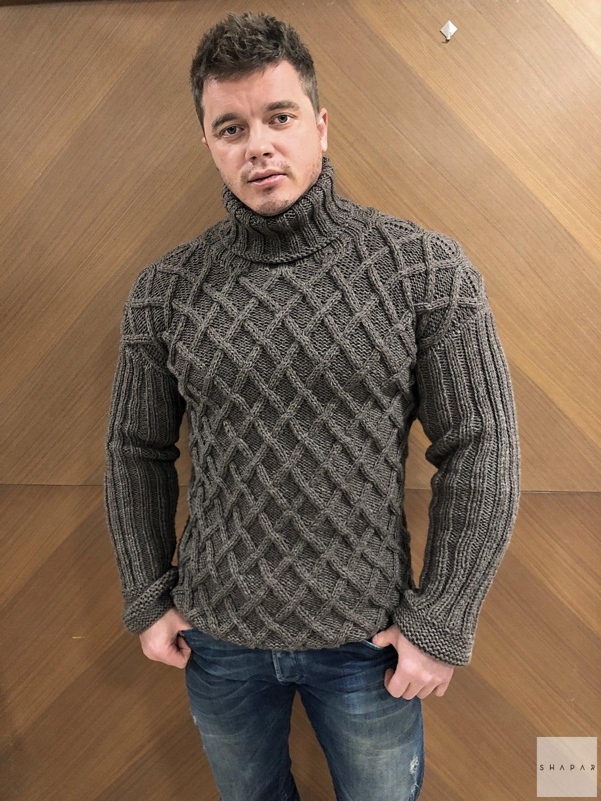 На пятой фотографии шерстяной теплый свитер с горлом мужской коричневого цвета от Shapar, бренда вязаной одежды ручной работы в интернет-магазине связанных спицами вещей.
