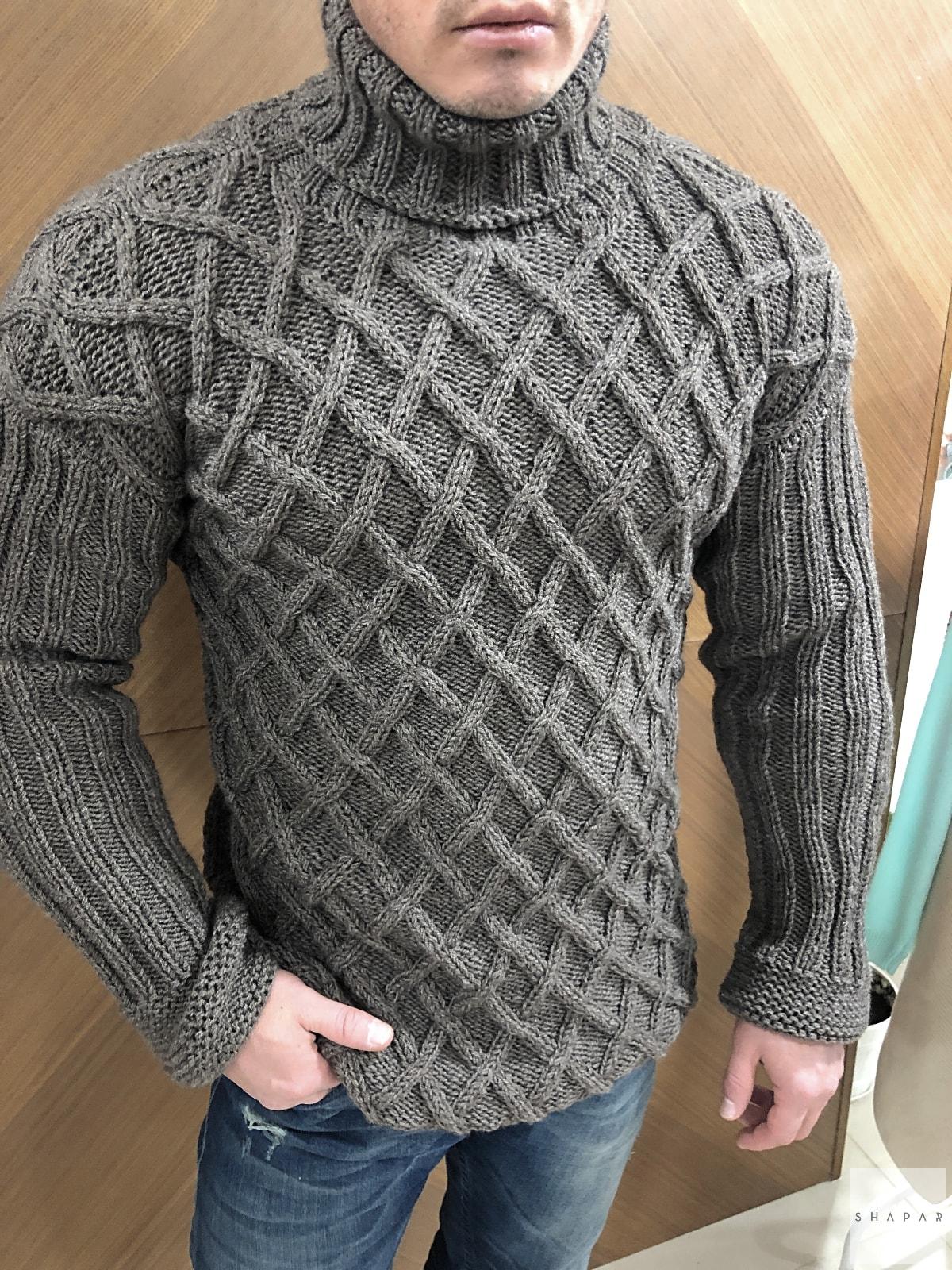 На четвертой фотографии теплый свитер с горлом мужской в косах от Shapar, бренда вязаной одежды ручной работы в интернет-магазине связанных спицами вещей.