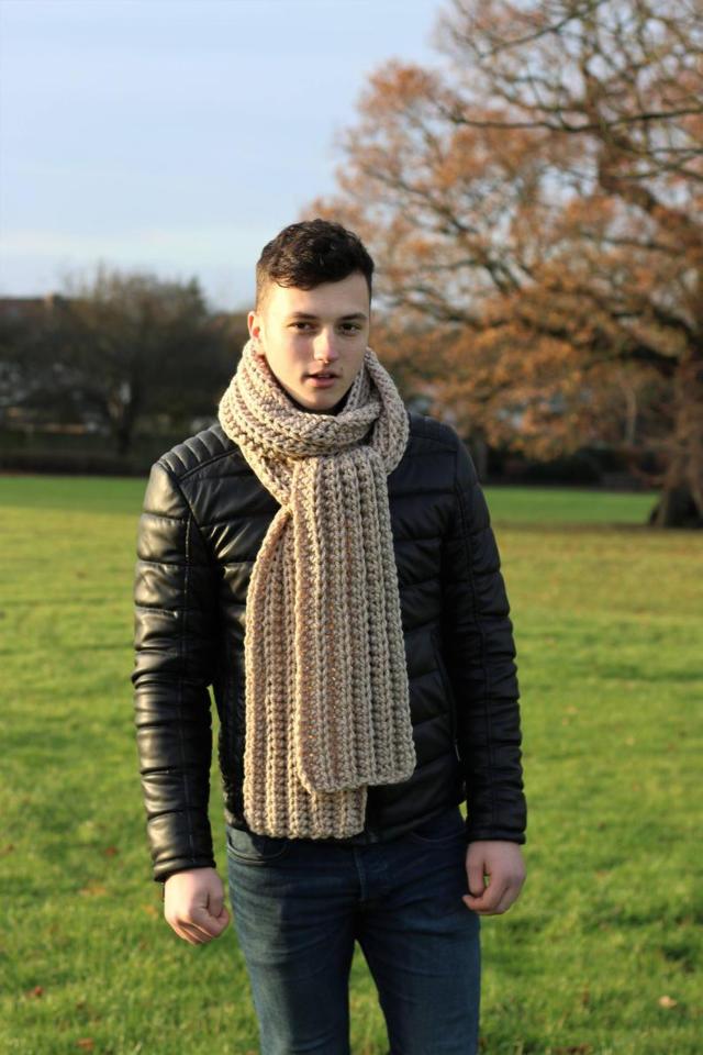 На фотографии длинный бежевый шарф мужской от Shapar, бренда вязаной одежды ручной работы в интернет-магазине связанных спицами вещей.